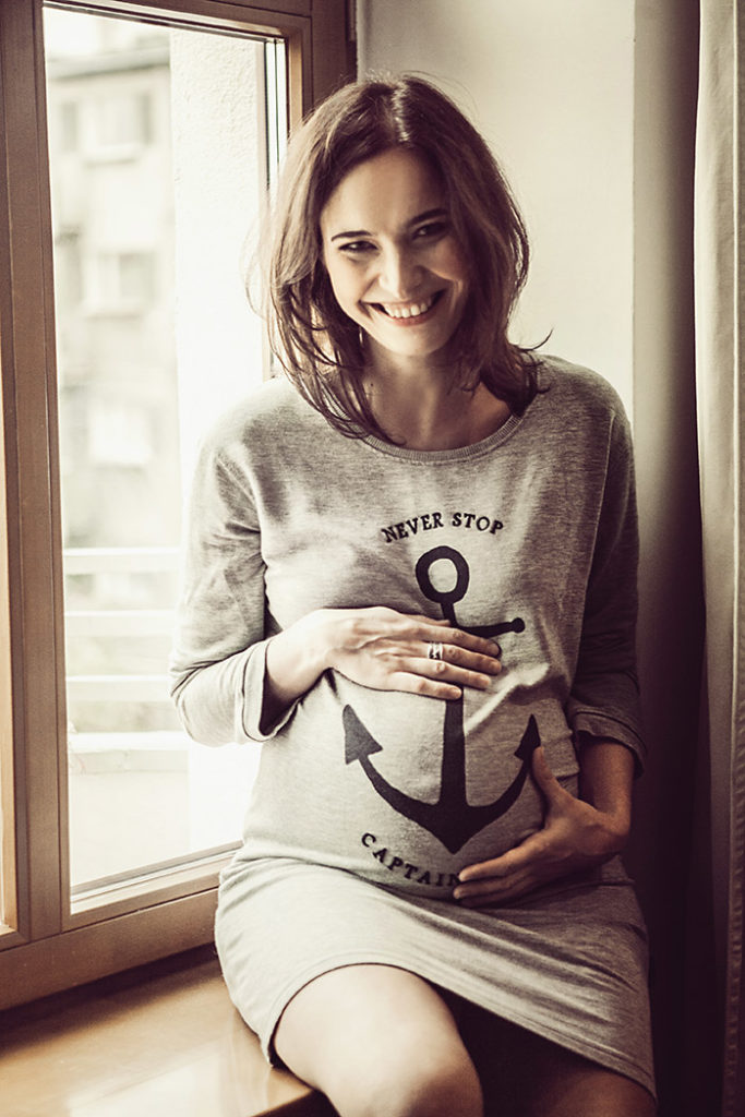 kobieta przy oknie - fotografia ciążowa